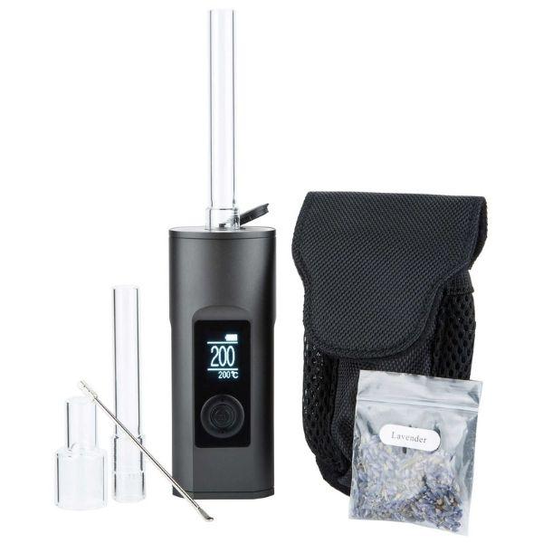 Zestaw zawiera próbkę ziół do aromaterapii, wymienne ustniki wraz z opakowaniami, futerał i inne akcesoria pomocne przy sesji waloryzowania suszu CBD.
